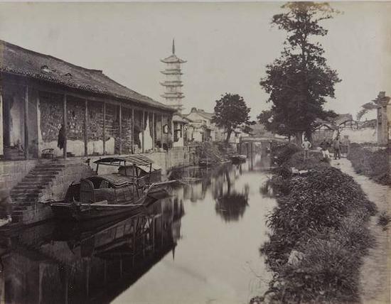 1870年,西方摄影师拍摄的《嘉定法华塔》,记录了当年嘉定城中横沥河两岸风光。