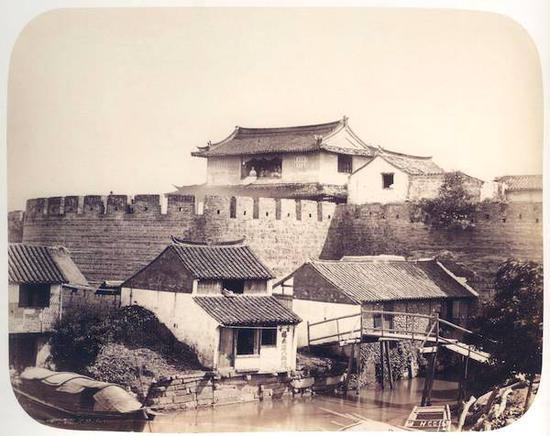 1867年,嘉定城西门城墙,亨利·查尔斯·坎米奇拍摄。