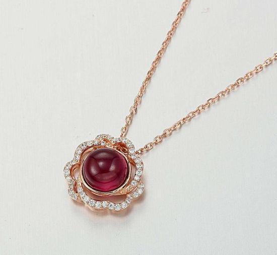 花朵形状的石榴石项链,花朵旁边镶嵌锆石耀眼夺目。