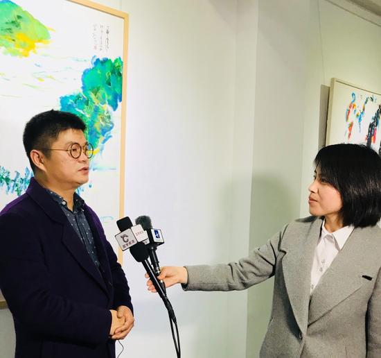 画家王清州接受媒体采访