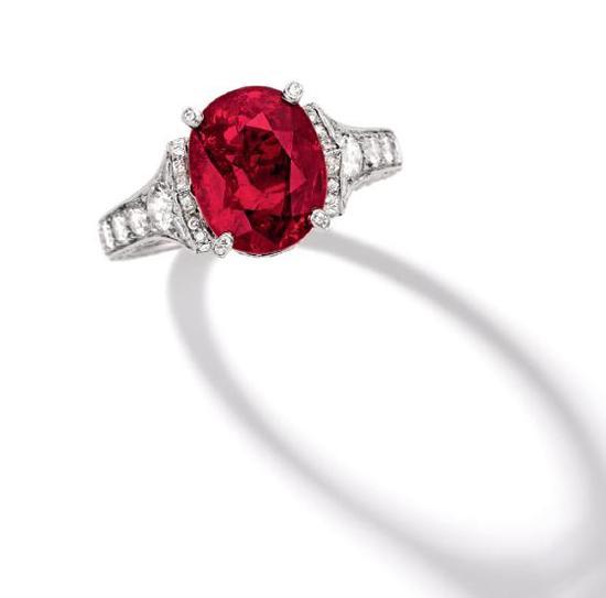 这枚镶嵌有重达5.04克拉天然缅甸红宝石的戒指,   在2017年香港苏富比春拍上以970万港元成交
