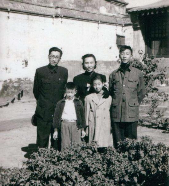 张葱玉一家在北京南锣鼓巷家中