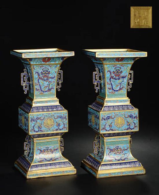 清乾隆 铜胎掐丝珐琅双龙捧寿夔耳方觚 (一对)   底刻双方框'乾隆年制'楷书款   成交价:RMB 5,635,000
