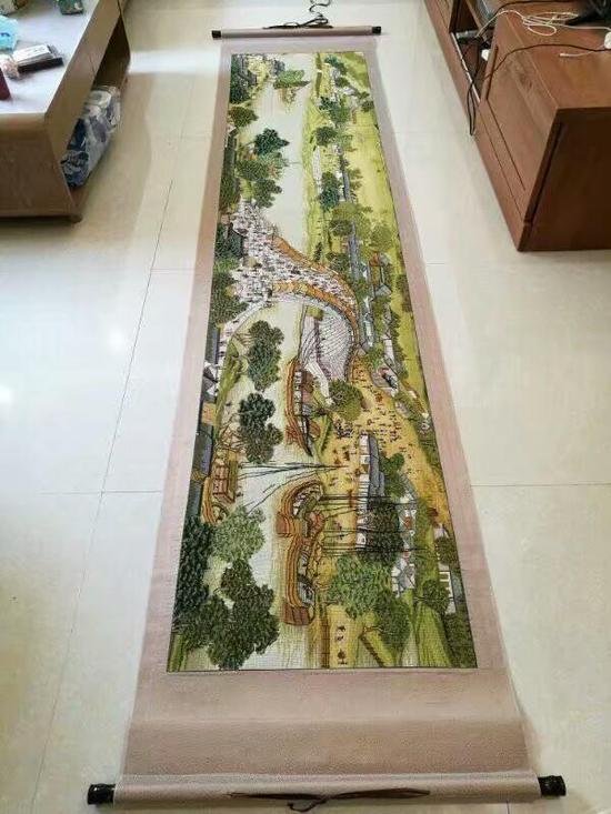 此次涉案的《清明上河图》也是传闻拍出天价的十字绣题材。
