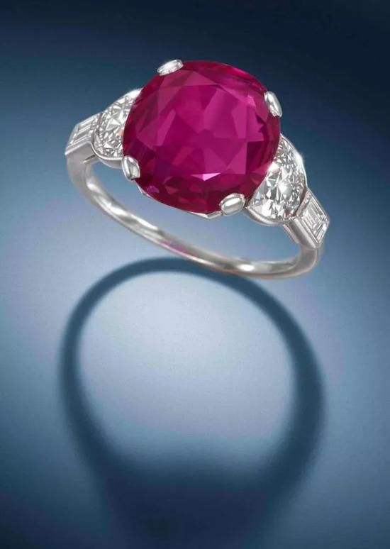 装饰艺术时期6.12克拉天然无经加热处理缅甸红宝石配钻石戒指,约1930年代 伦敦 2014年12月4日 成交价:英镑362,500 港币 3,900,000