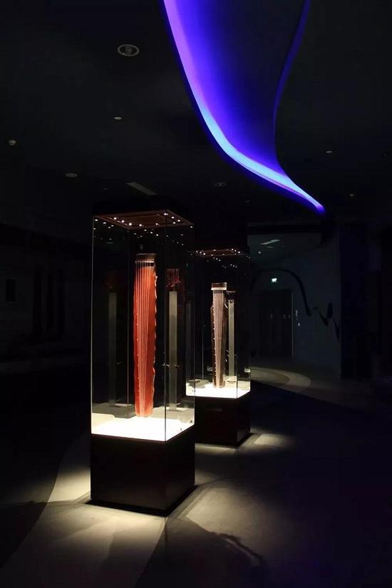 """展厅中的""""彩凤鸣岐""""琴和""""来凰""""琴"""