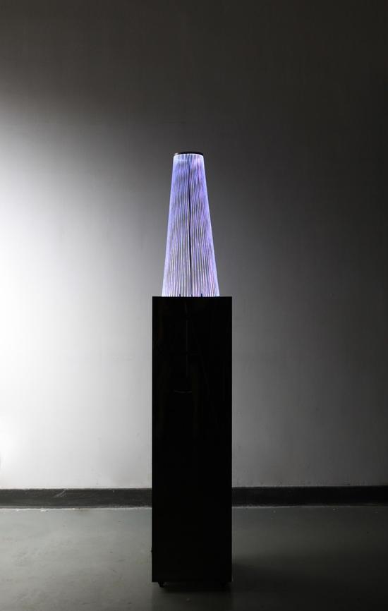 施丹《天籁》雕塑本体高60CM底盘直径25CM顶盘直径10CM    光纤、电机装置    2014年