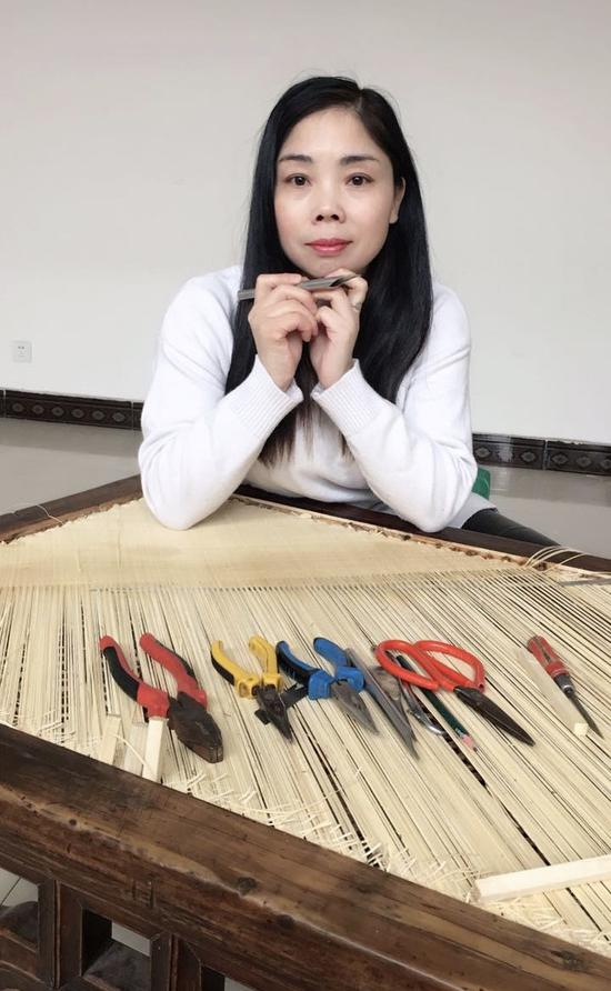 李静有二十几年从业经验,经她巧手打造的文物家具不下千件