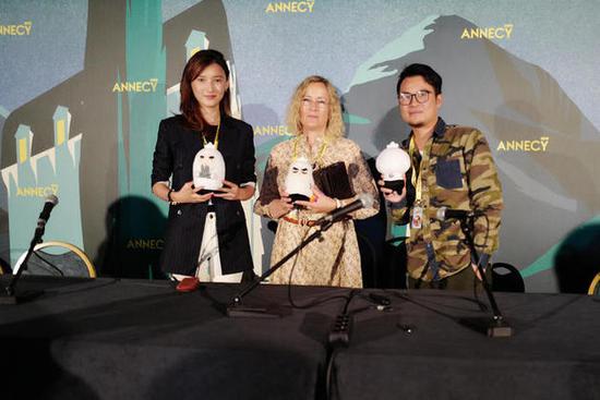 左1为啊哈娱乐CEO、《刺客伍六七》制片人邹沙沙右1为《刺客伍六七》导演何小疯