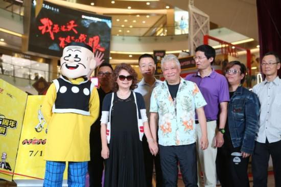 《老夫子》漫画作者王泽(左五)与老夫子及众嘉宾合影
