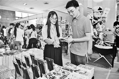 8月4日,2017第十二届中国·石家庄国际动漫博览交易会上,顾客在挑选自己喜欢的动漫商品。 记者史晟全摄