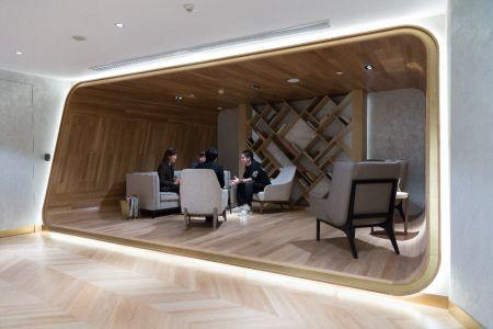 新诺亚集团总裁郑超(右一)与 Katherine CHOI教授(左一)、Man Soo,Cho先生(左二)交流