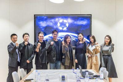 新诺亚集团总裁郑超(左三)、星善互娱副总裁韩川熠(左一)携RE女子战队(右起一至三)与Man Soo,Cho先生(左四)与Katherine CHOI教授(右四)合影