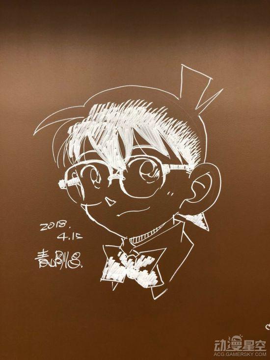 青山老师在现场用粉笔绘制的柯南头像青山老师在现场用粉笔绘制的柯南头像