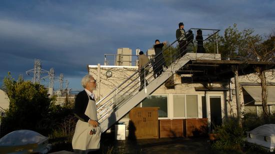 宫崎骏与同事在屋顶眺望风景