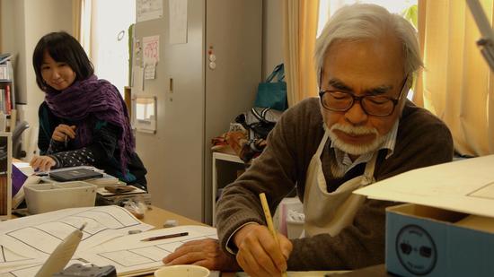 宫崎骏在绘制分镜稿
