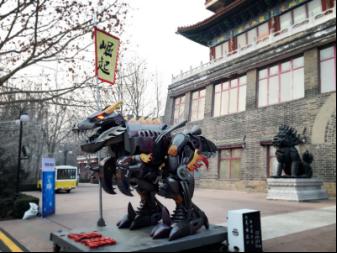 2015年 投入研发设计制作了全球首款大型可变形全金属雕塑<<辰龙·崛起>>亦是孙世前工作室系列作品当代机械版十二生肖的首款,并申请三项国家专利