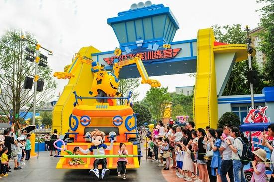 十一假期首日 万名游客齐聚欢乐谷