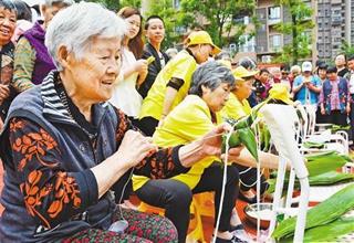 重庆:200多个粽子送老人和困难户