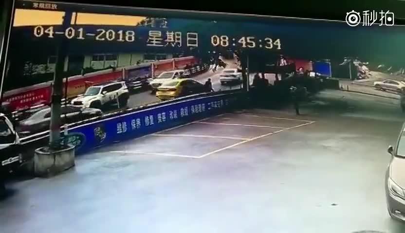 重庆货车连撞出租车轿车 致2死3伤