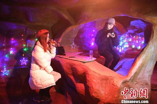 图为两美女正在洞穴唱吧内休息。 陈超 摄