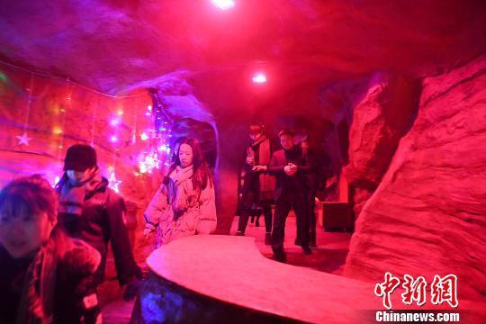 图为洞穴唱吧吸引不少游客体验。 陈超 摄