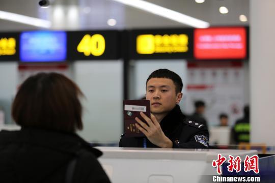 图为重庆重庆边检工作人员正在为旅客办理边检手续。重庆边检供图