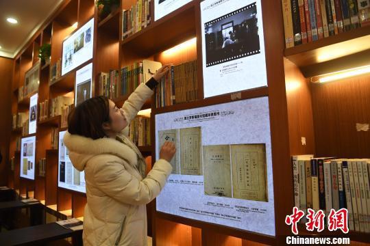 """图为市民在""""国立罗斯福图书馆""""内选取书籍。 陈超 摄"""