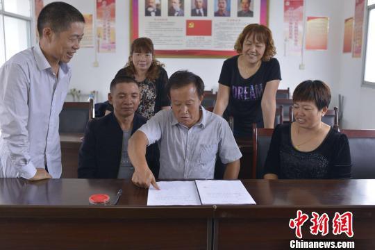 图为奉节县仙女村贫困户吴汉成等30多户贫困户分批主动申请脱贫。 重庆市扶贫办供图 摄