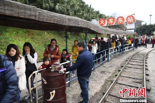 图为游客排起长队体验1元观光小火车。 陈超 摄