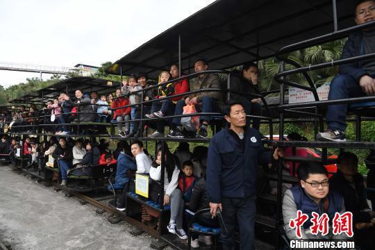图为游客体验观光小火车。 陈超 摄