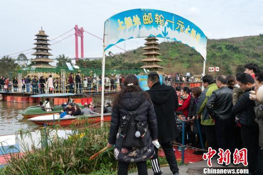 图为重庆洋人街景区,市民排队体验1元邮轮。 钟旖 摄