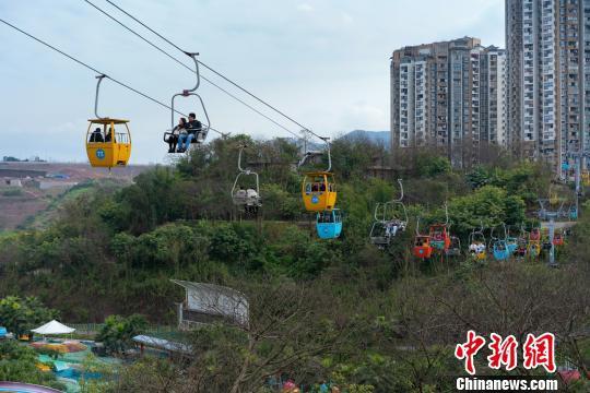 图为重庆洋人街景区,市民乘坐缆车。 钟旖 摄