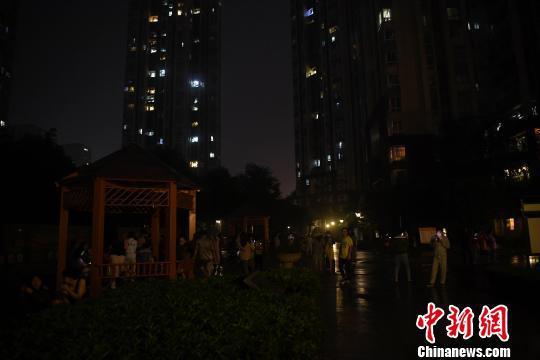 图为众多重庆市民在户外空旷处避险。 陈超 摄