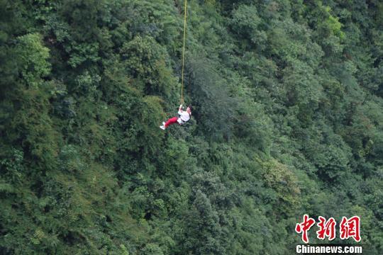 """图为参与挑战的体验者在高空""""自拍""""。重庆奥陶纪景区供图"""