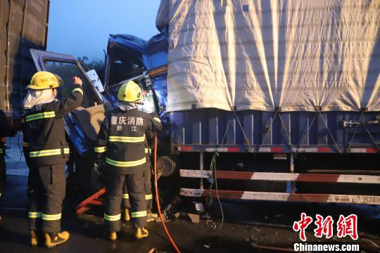 图为救援人员正在营救被困人员。消防供图