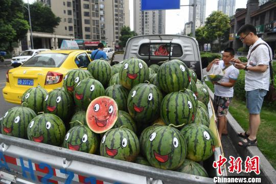 △市民正在购买西瓜