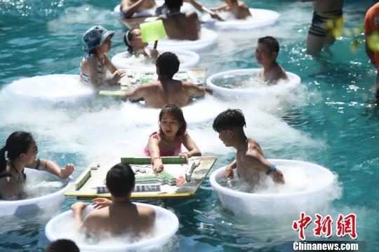 图为市民在水中玩麻将享受凉爽。 陈超 摄