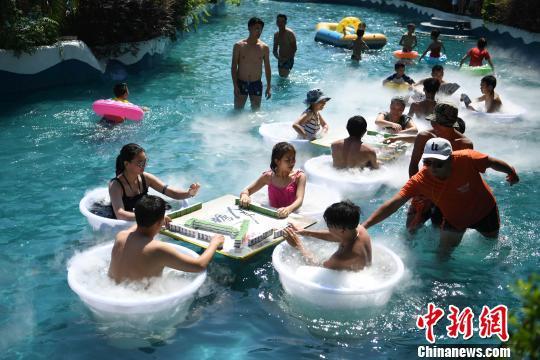 图为水中麻将吸引民众参与。 陈超 摄