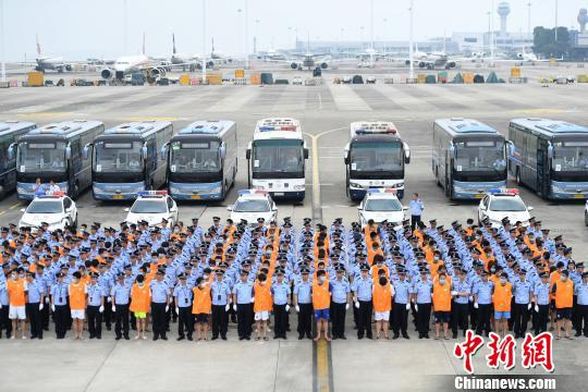 图为150名涉嫌电信网络诈骗犯罪嫌疑人被重庆警方押解回国。 陈超 摄