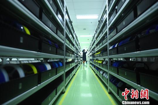 资料图为重庆一家电子信息产业工厂正在进行生产。 陈超 摄