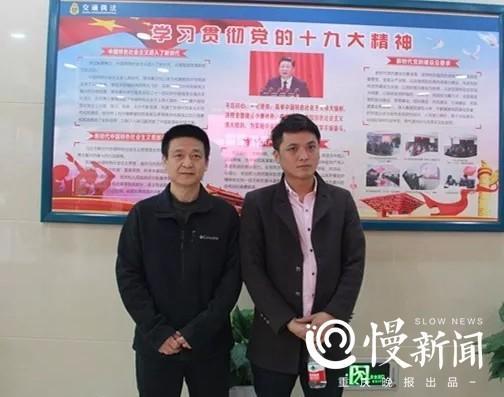 执法队负责人陈卫东和好心的哥陈师傅(右)合影