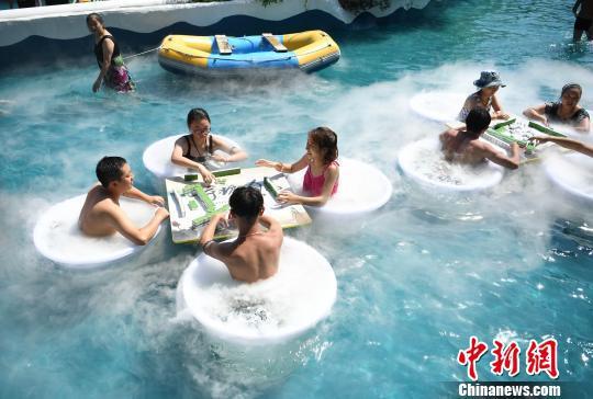 图为水中玩麻将吸引不少民众参与。 陈超 摄