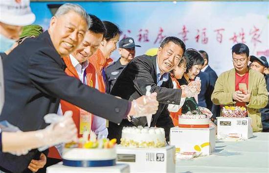 4月16日,沙坪坝区美丽阳光家园公租房,志愿者们为本月过生日的10位公租房居民制作生日蛋糕集体庆祝生日。记者 万难 摄