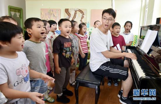 陈叙良带着孩子们上音乐课(9月4日摄)。新华社发(庄文斌 摄)