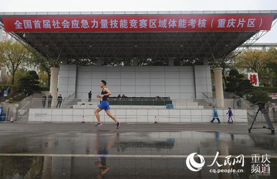 参赛队员正在进行5000米徒手跑。