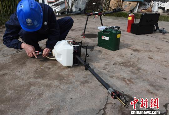 图为电力工人调试检修无人机喷火清障装置零部件。 周毅 摄