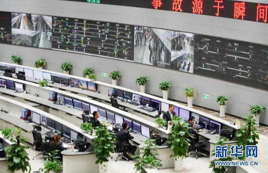 图为重庆市轨道(集团)有限公司大竹林OCC控制中心内工作人员对重庆轨道线网列车进行指挥调度。新华网 韩梦霖 摄