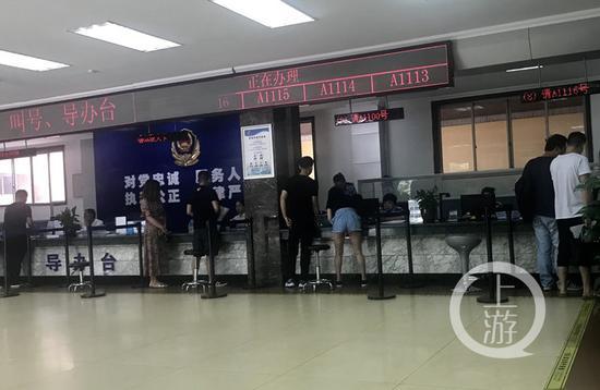 △7月11日,人和车管所,前来办理业务的市民享受着大厅的清凉。上游新闻记者 胡杰 摄