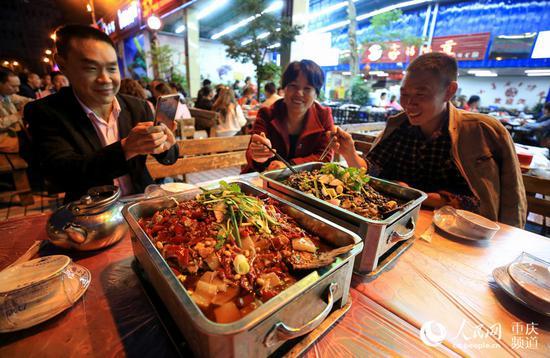 """在重庆,许多市民对万州烤鱼""""情有独钟""""。何超 摄"""